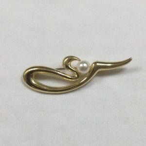 Pretty Gold Brooch with Faux Pearl